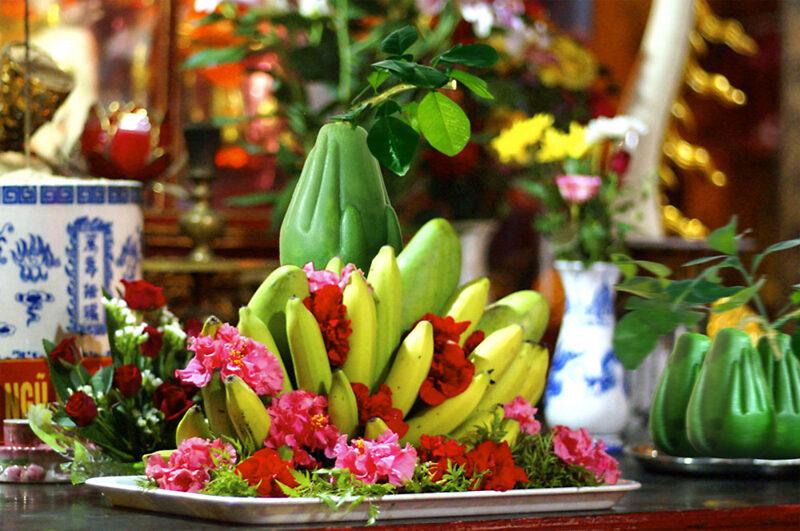 dâng hoa lên ban thờ